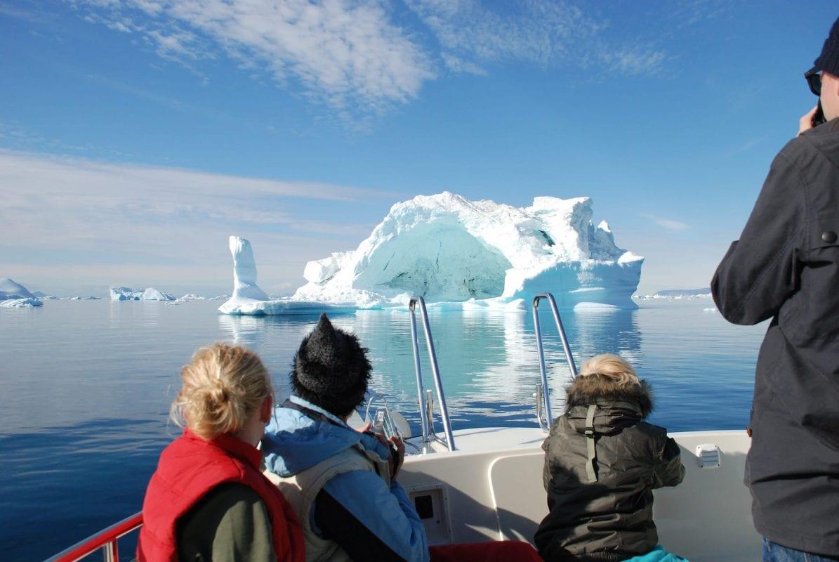 Sejl blandt isbjerge på Ilulissat Isfjord i Grønland - Fotograf: Grønlands rejsebureau