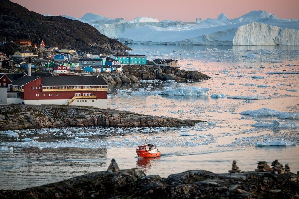 En passagerbåd sejler på isfjorden nær Ilulissat - Fotograf: Mads Pihl, Visit Greenland