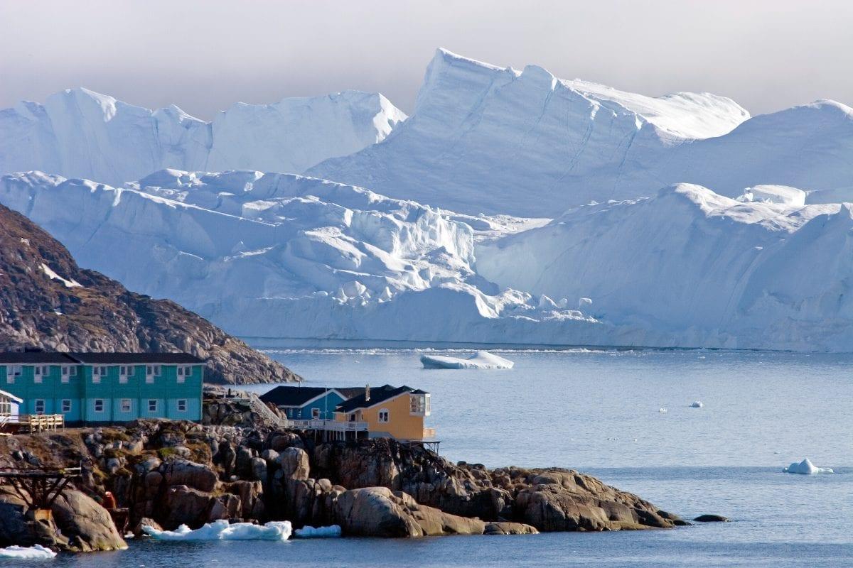 Store, prægtige isbjerge kan ses i baggrunden af Ilulissat by - Fotograf: Glenn Mattsing, Visit Greenland