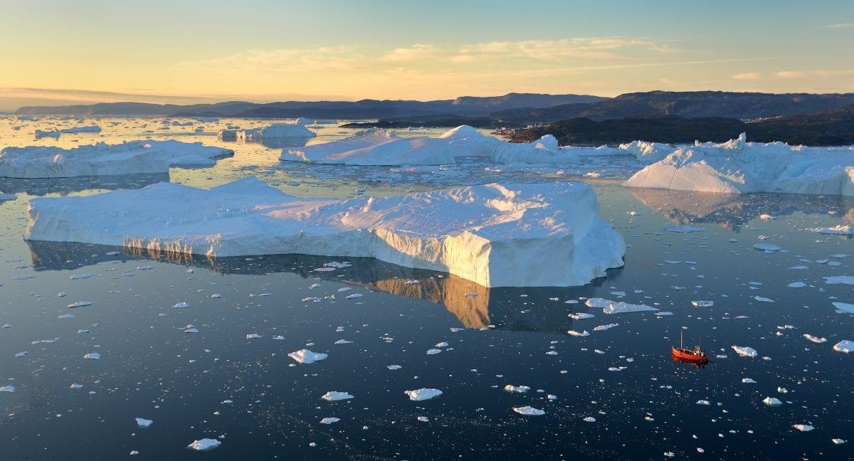Ilulissat Isfjord med midnatssol set fra luften - Fotograf: Rino Rasmussen, Visit Greenland